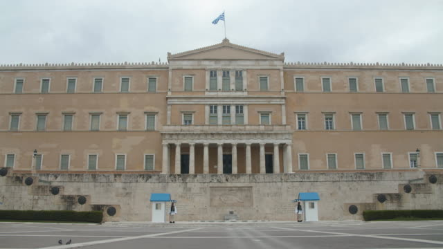 vidéos et rushes de view of the greek parliament on the 22nd of march 2020 a few hours before a complete lockdown takes place in greece due to the continuous spread of... - lockdown