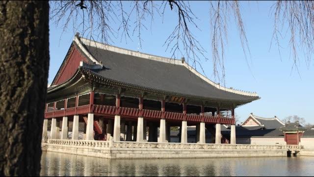 vídeos de stock e filmes b-roll de view of the gyeonghoeru pavilion in gyeongbokgung palace - casa de jardim