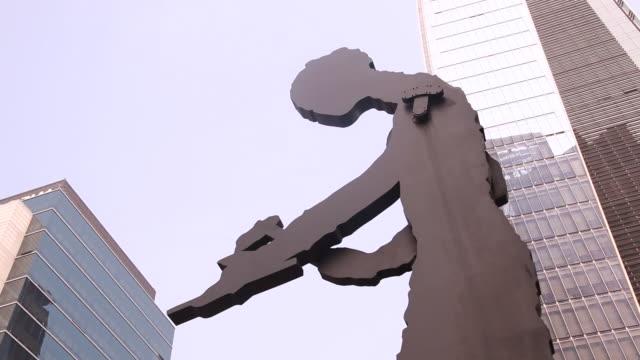 stockvideo's en b-roll-footage met view of the hammering man statue at the nearby gwanghwamun - plaatselijk monument