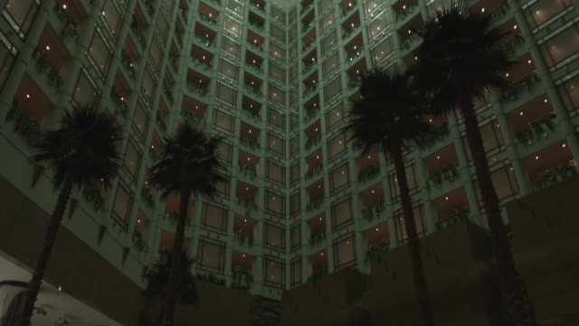 view of the hilton hotel in jeddah. - jiddah点の映像素材/bロール