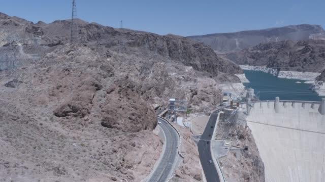 view of the hoover dam from the mike o'callaghan-pat tillman memorial bridge, nevada/arizona border, united states of america, north america - ネバダ州クラーク郡点の映像素材/bロール