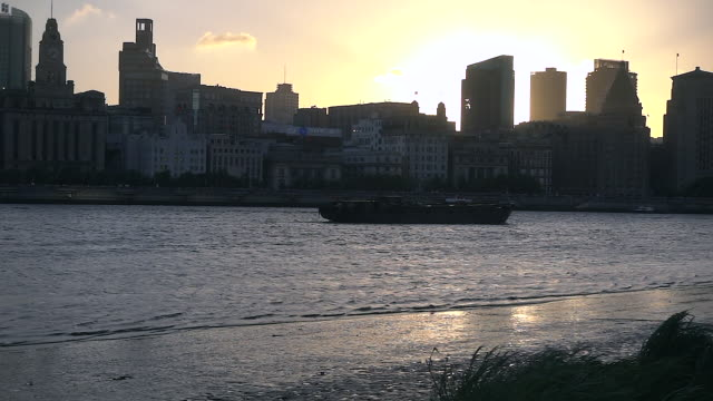 view of the huangpu river with landmarks as the bund shanghai china - ロマンチックな空点の映像素材/bロール