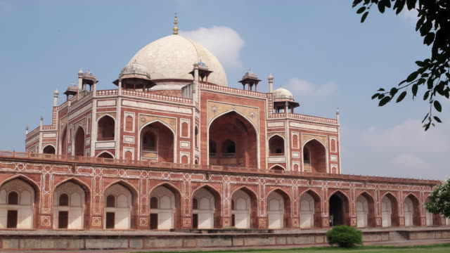 a view of the humayun's tomb in new delhi - 墓碑点の映像素材/bロール