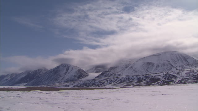 vidéos et rushes de view of the icebergs and the glacial plain under clouds - neige fraîche