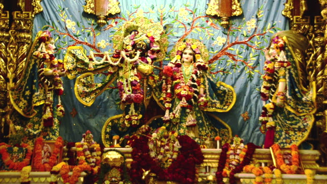 vídeos y material grabado en eventos de stock de ws view of the idols of lord krishna and radha in iskcon temple at vrindavan / mathura, uttar pradesh, india - krishna
