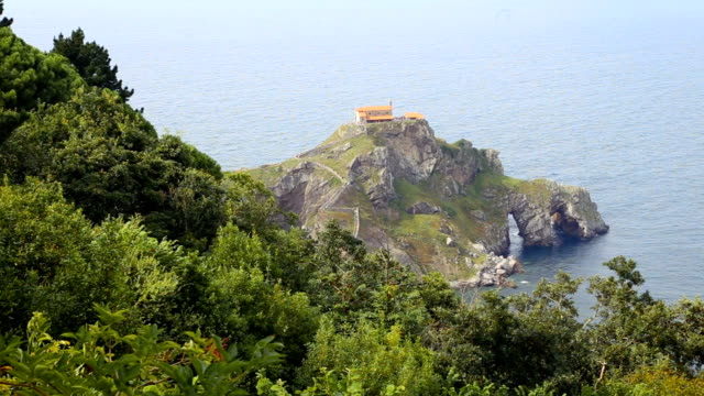 vídeos de stock e filmes b-roll de view of the islet of san juan de gaztelugatxe from the peninsula. - beverly hills