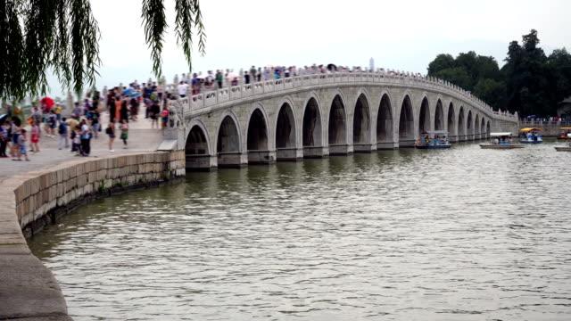 Utsikt över den viktigaste bron på sommaren City i Peking