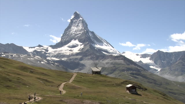 vídeos de stock, filmes e b-roll de view of the matterhorn - choupana
