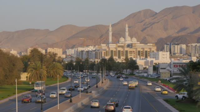 vídeos y material grabado en eventos de stock de view of the mohammed al ameen mosque and traffic on sultans qaboos street, muscat, oman, middle east - omán