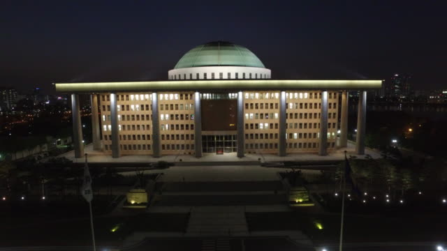 vídeos y material grabado en eventos de stock de view of the national assembly building in yeouido, seoul at night time - ornamentado
