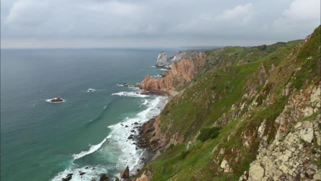 view of the ocean from a cliff in cabo da roca, portugal - roca video stock e b–roll
