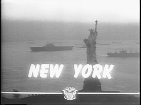vídeos y material grabado en eventos de stock de view of the ocean from behind anti-aircraft guns / aircraft carrier at sea / view from plane of the aircraft carrier / naval fleet passing by statue... - statue of liberty new york city