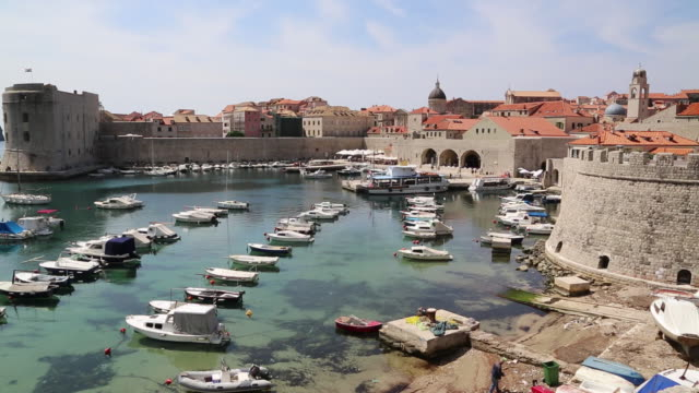 stockvideo's en b-roll-footage met view of the old port of dubrovnik - omwalling
