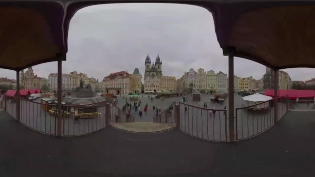 vídeos de stock, filmes e b-roll de a view of the old town square where jan hus memorial stands - stare mesto