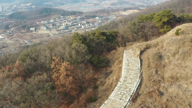vídeos y material grabado en eventos de stock de view of the pasaseong stone wall(t is said that the fortress was constructed during the reign of the king pasa, the 5th ruler of the silla kingdom) in yeoju-si - árbol latente
