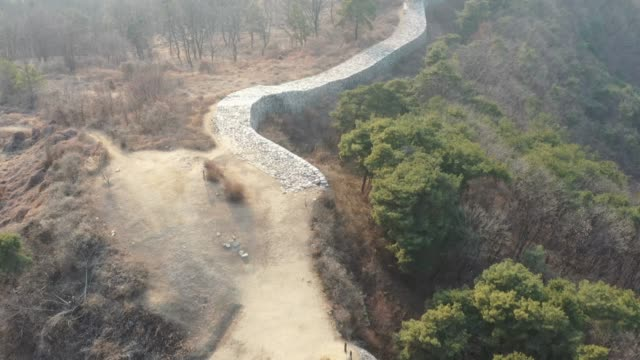 vidéos et rushes de view of the pasaseong stone wall(t is said that the fortress was constructed during the reign of the king pasa, the 5th ruler of the silla kingdom) in yeoju-si - arbre sans feuillage