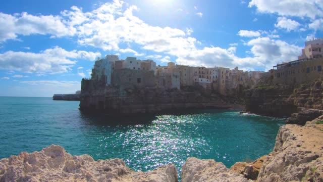 海の上の poliganano の表示 - イタリア点の映像素材/bロール