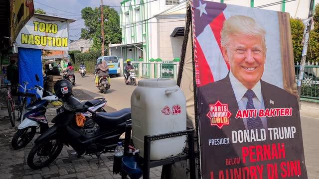 "view of the post of donald trump saying ""donadl trump has not been here"" in a laundry store, in ciputat, indonesia, on november 8, 2020. - nummer 8 bildbanksvideor och videomaterial från bakom kulisserna"