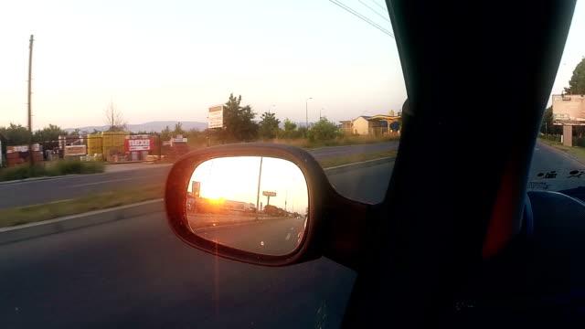 vídeos de stock, filmes e b-roll de vista da estrada no espelho retrovisor ao pôr-do-sol - vista lateral