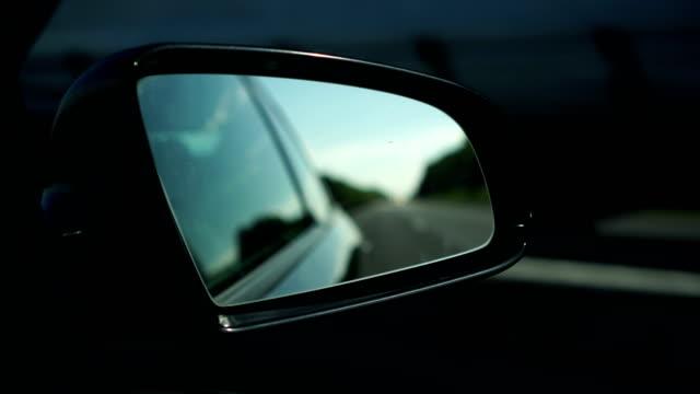 blick auf die straße im rückspiegel - innenspiegel stock-videos und b-roll-filmmaterial