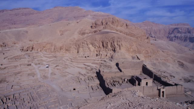 view of the ruins of deir el medina(the modern arabic name for the worker's village), egypt - 岩肌点の映像素材/bロール