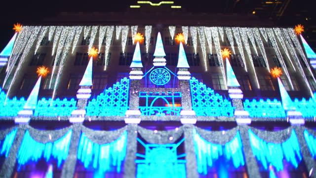 vídeos y material grabado en eventos de stock de view of the saks fifth avenue christmas light show at midtown manhattan in the night at new york city ny usa on jan. 02 2020. - tilt shift