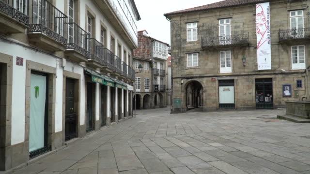 vídeos y material grabado en eventos de stock de view of the santiago de compostela's streets during the coronavirus pandemic. - camino santiago