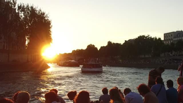 stockvideo's en b-roll-footage met view of the seine at sunset - seine
