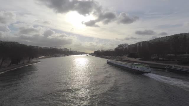 vídeos y material grabado en eventos de stock de view of the seine in paris - barcaza embarcación industrial