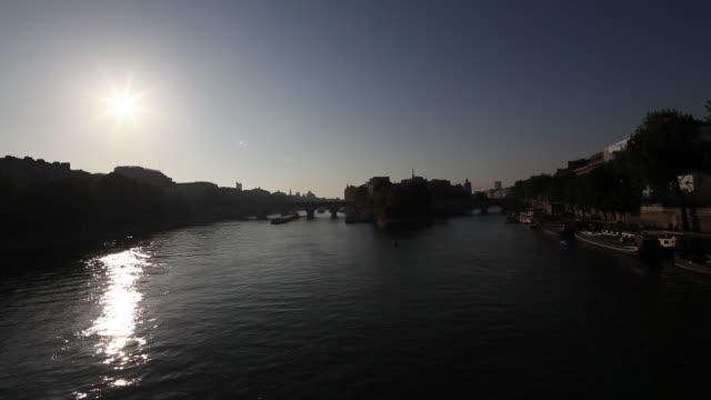 view of the seine, new bridge, paris - ポンヌフ点の映像素材/bロール
