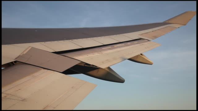 vidéos et rushes de view of the sky through the airplane window, usa, new york, jfk - aile d'avion