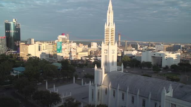 vídeos de stock e filmes b-roll de view of the skyline of maputo, mozambique - moçambique