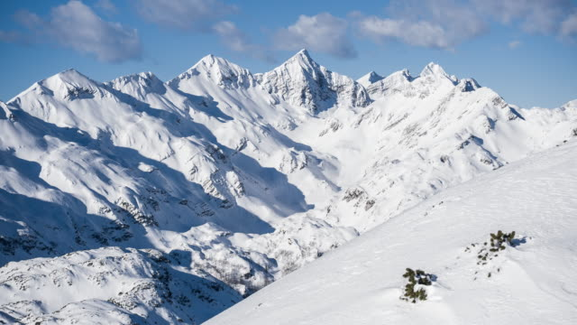 view of the snow covered mountains from a chairlift at a ski resort - inquadratura dalla sciovia video stock e b–roll