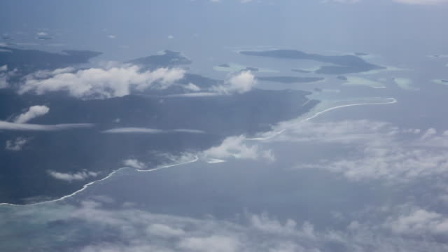 vidéos et rushes de view of the solomon islands from an airplane level - océan pacifique sud