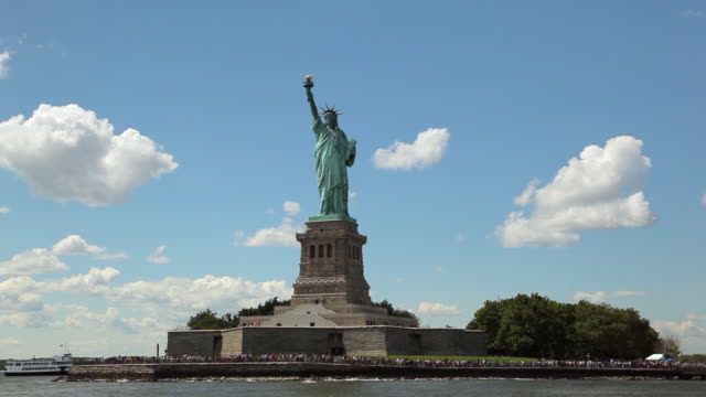 view of the statue of liberty while floating the hudson river by ferry. - 自由の女神点の映像素材/bロール