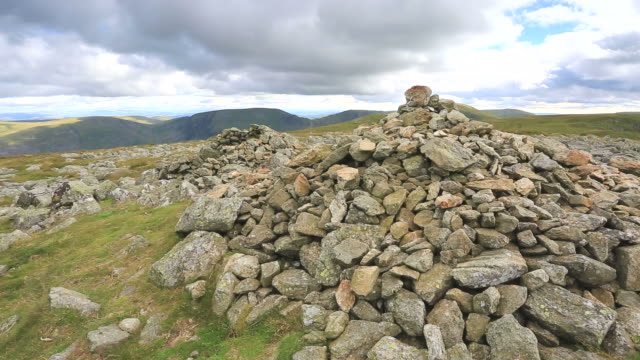 vídeos y material grabado en eventos de stock de view of the summit cairn of high raise fell lake district national park, cumbria, england, uk - montón de piedras