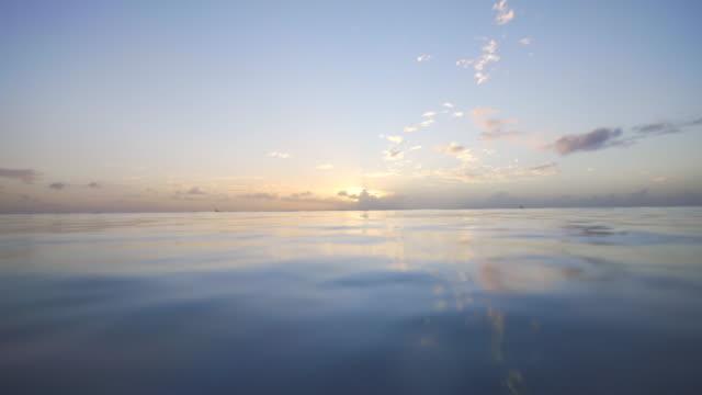 Blick auf den Sonnenuntergang aus dem Ozean