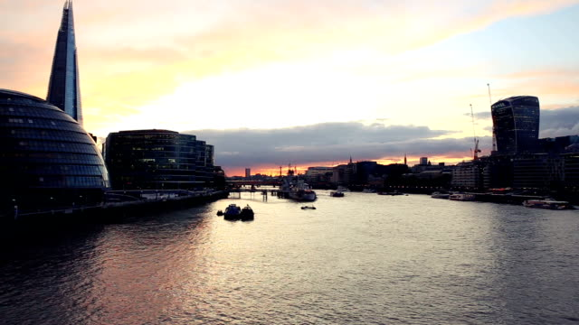 View of the Thames river and the city of London in a relaxing sunset