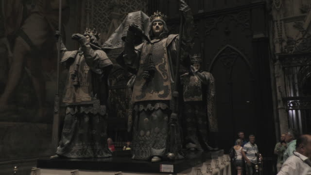 a view of the tomb of christopher columbus in seville cathedral in sevilla spain on september 14 2018 seville cathedral was designated a world... - cristoforo colombo video stock e b–roll