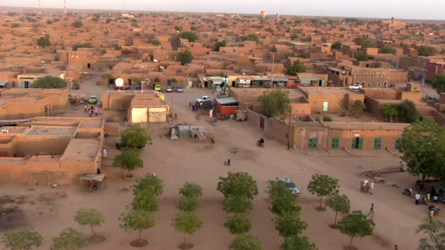 view of the town from the minaret of the central mosque. niger, agadez. - ニジェール点の映像素材/bロール
