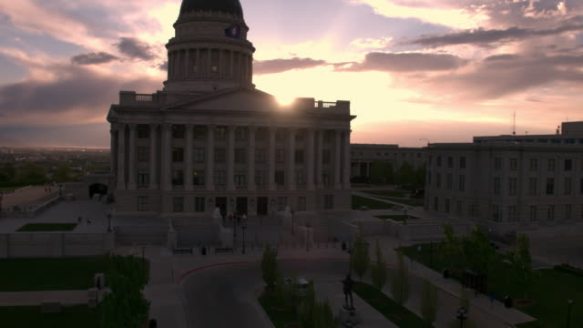 vídeos y material grabado en eventos de stock de view of the utah state capitol building during sunset - utah