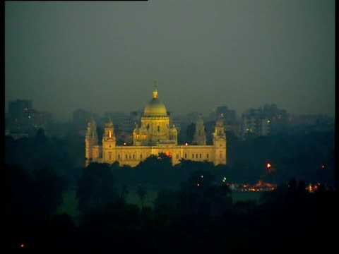 a view of the victoria memorial in kolkata india at night - victoria memorial kolkata stock videos and b-roll footage