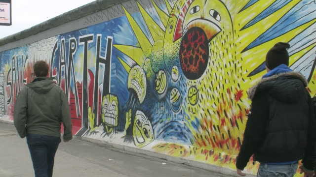 stockvideo's en b-roll-footage met ws view of the wall museum at east side gallery / berlin, germany - westers schrift