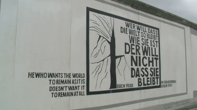 stockvideo's en b-roll-footage met cu view of the wall museum at east side gallery / berlin, germany - westers schrift