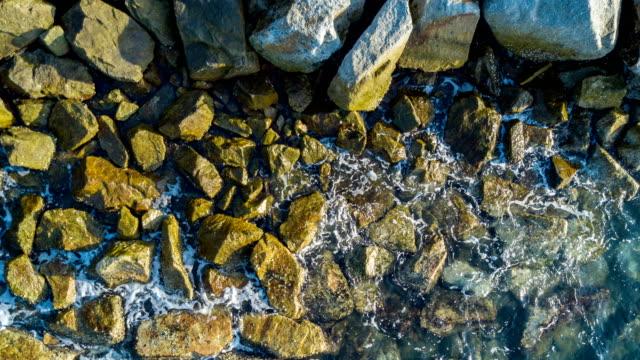 vídeos y material grabado en eventos de stock de vista de la onda y piedra desde la vista superior - mineral