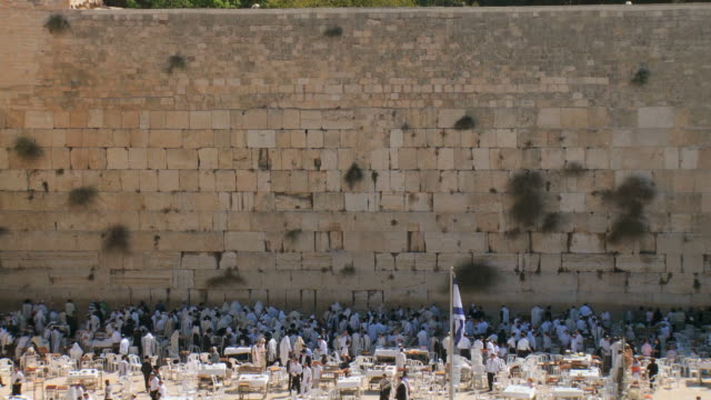 ws zo view of the western wall in the old city of jerusalem / jerusalem, judea, israel - besichtigung stock-videos und b-roll-filmmaterial