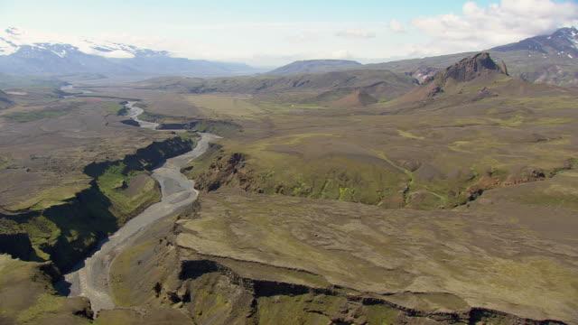 vídeos de stock e filmes b-roll de ws areail view of thorsmork valley / iceland - vale