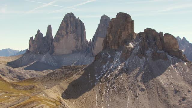 ws aerial view of three peaks of lavaredo in sexten dolomites / drei zinnen, belluno sudtirol - tre cimo di lavaredo stock videos & royalty-free footage
