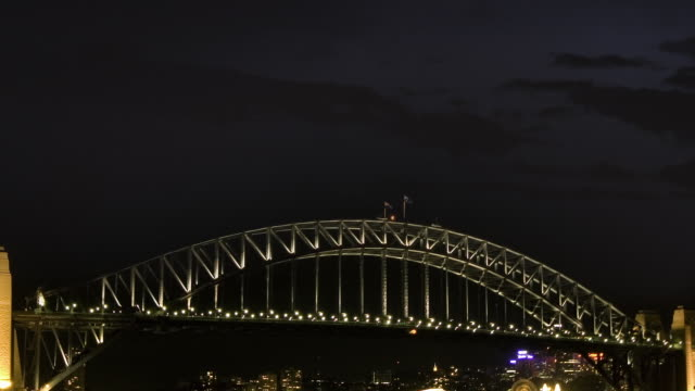vídeos de stock, filmes e b-roll de ws zo t/l view of thunderstorm with lightning above the sydney harbor bridge at night / sydney, new south wales, australia. - relâmpago em ziguezague