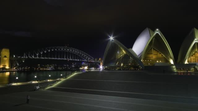 vídeos de stock, filmes e b-roll de ws zi tu t/l view of thunderstorm with lightning above the sydney opera house and bridge at night / sydney, new south wales, australia. - relâmpago em ziguezague